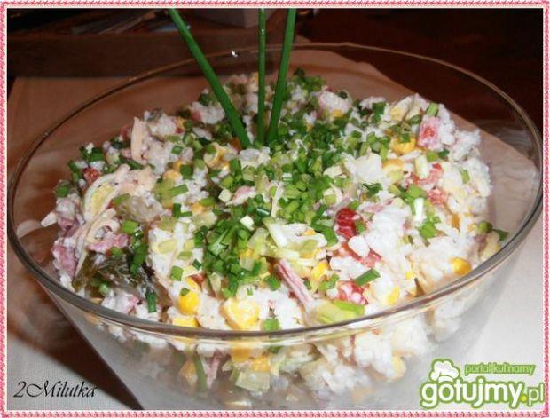 Sałatka z ryżem i salami