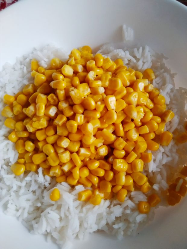 Sałatka z ryżem i szynką