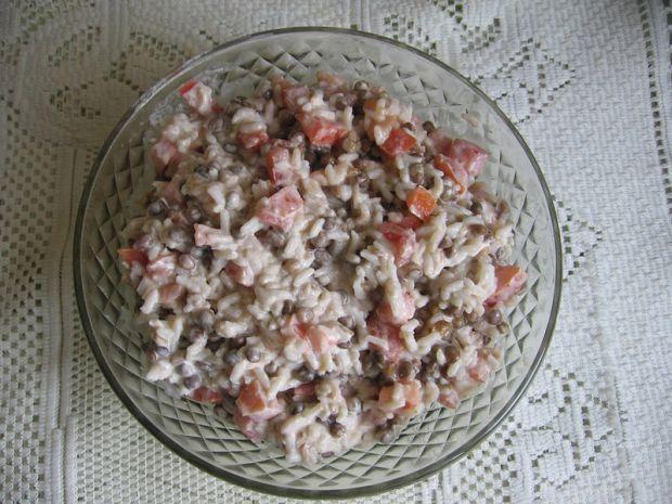 Sałatka z ryżem, łososiem i soczewicą