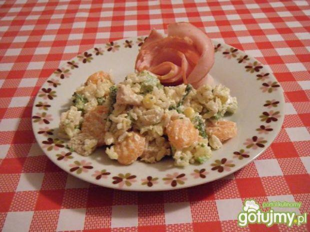 Sałatka z ryżu, brokułów i mięsa.