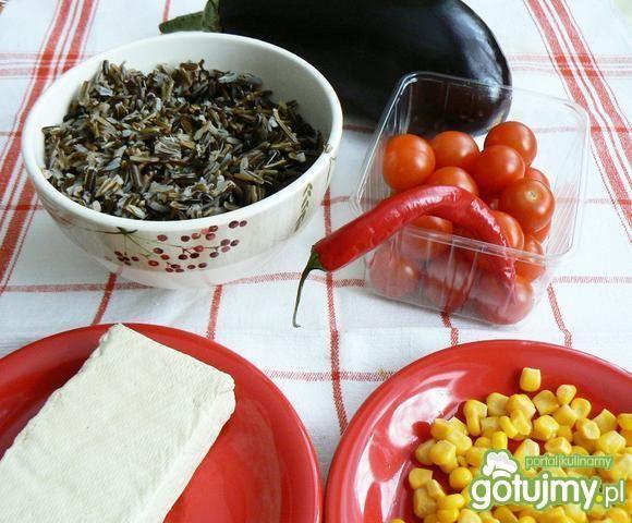Sałatka z  ryżu i  tofu w baklażanie