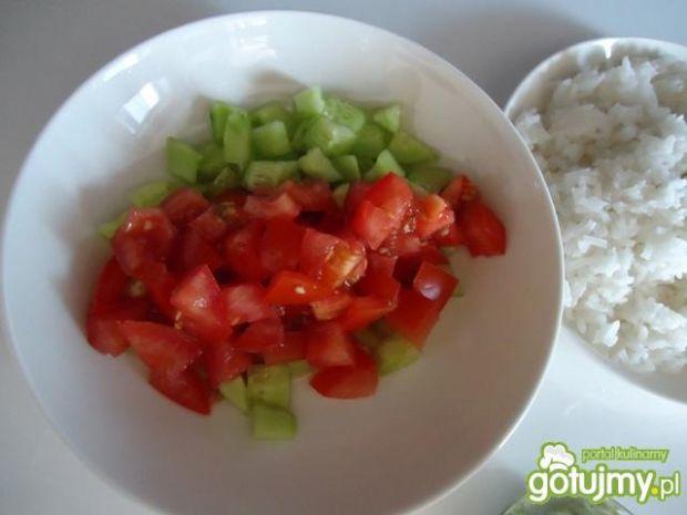 Sałatka z ryżu, pomidorów i ogórków