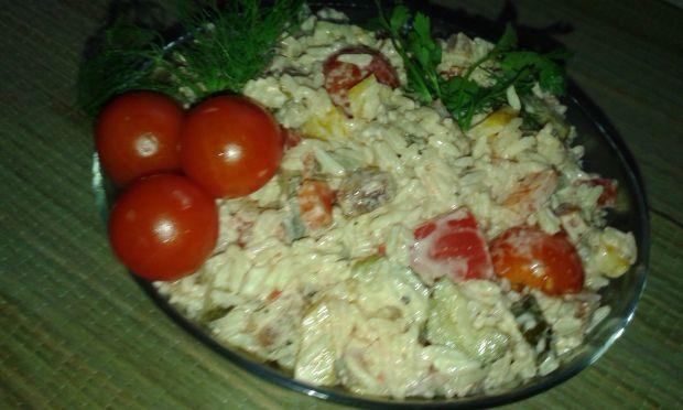 Sałatka z ryżu z dodatkiem owocu goya i pomidorów