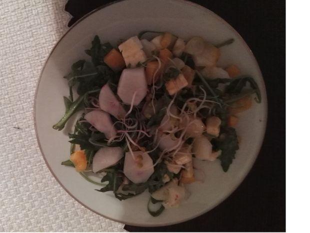 Sałatka z rzodkiewką i serem pleśniowym
