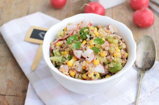 Sałatka z rzodkiewką, kukurydzą i brokułem