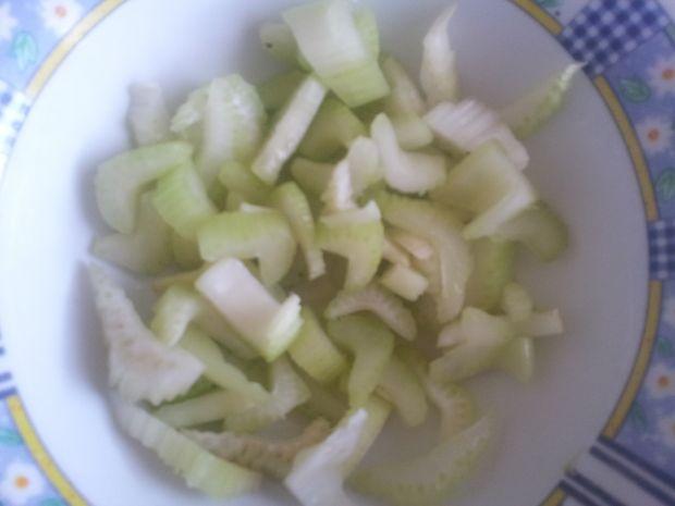 Sałatka z rzodkiewki rzeżuchy i selera naciowego.