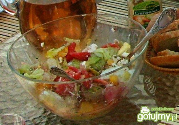 Sałatka z sałatą lodową i nektarynką