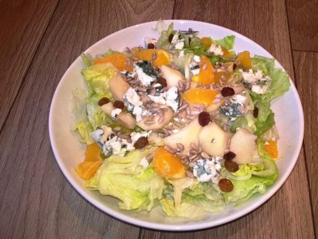 Sałatka z sałaty, cykorii, gruszki pomarańczy sera