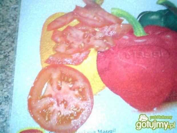 Sałatka z sałaty i pomidorów z sosem.