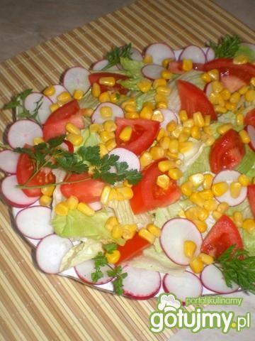 Sałatka z sałaty, rzodkiewki i kukurydzy