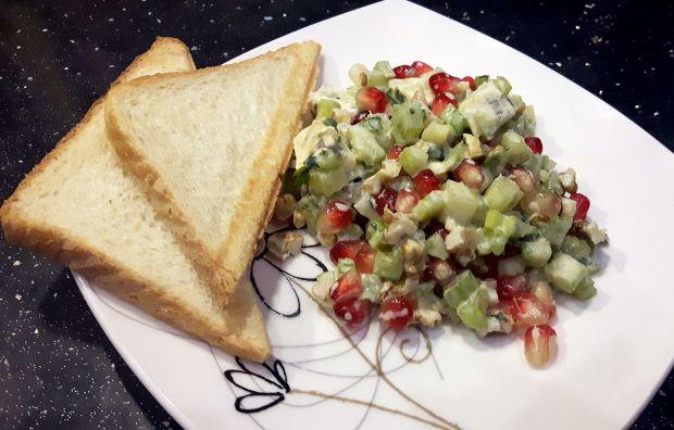 Sałatka z selera naciowego i sera pleśniowego