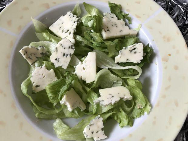 Sałatka z serem pleśniowym, truskawkami i pistacją