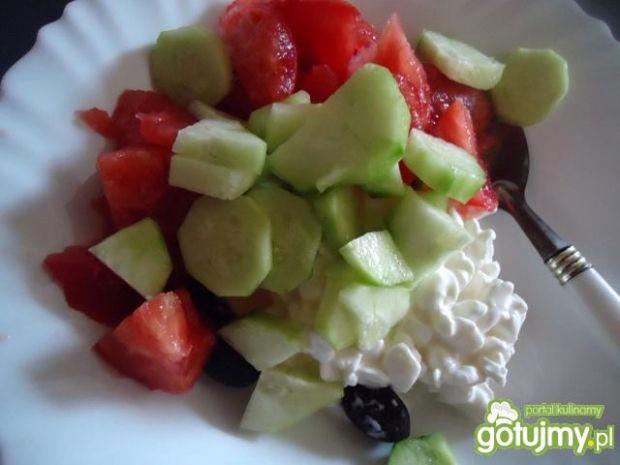 Sałatka z serkiem wiejskim i oliwkami