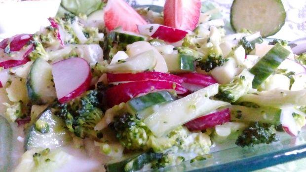 Sałatka z surowego brokułu z rzodkiewką i ananasem