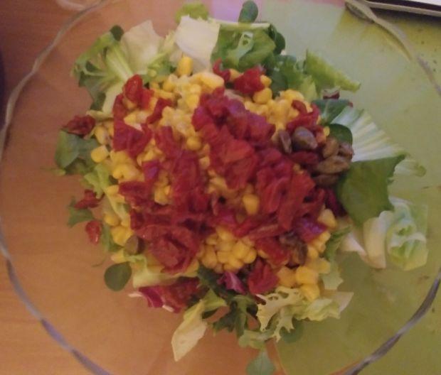 Sałatka z suszonymi pomidorami, oliwkami i fetą