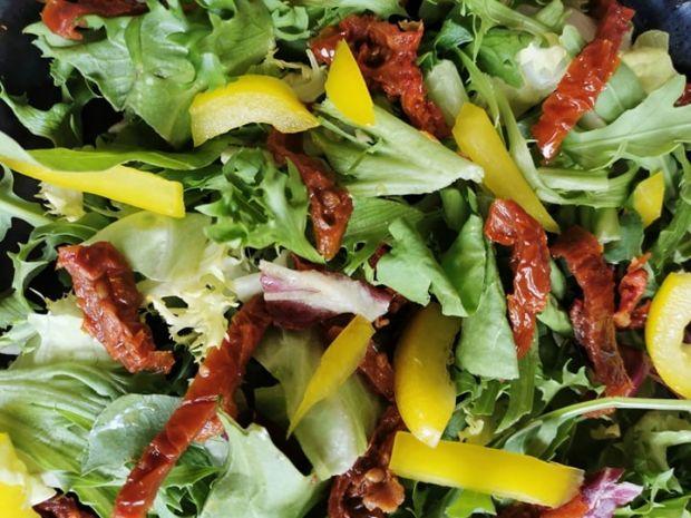 Sałatka z suszonymi pomidorami, papryką i pestkami