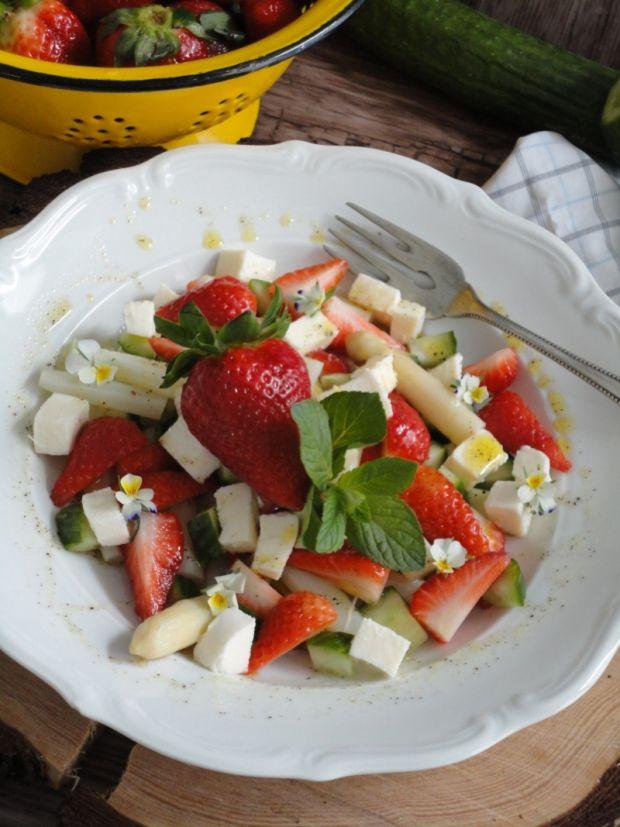 Sałatka z szparagami i truskawkami