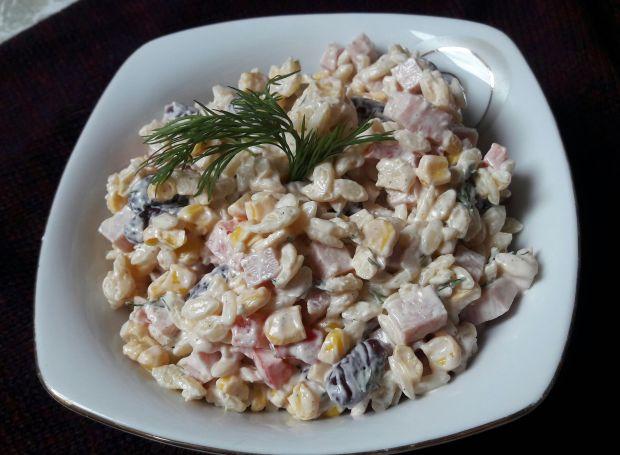 Sałatka z szynką, kukurydzą i fasolą