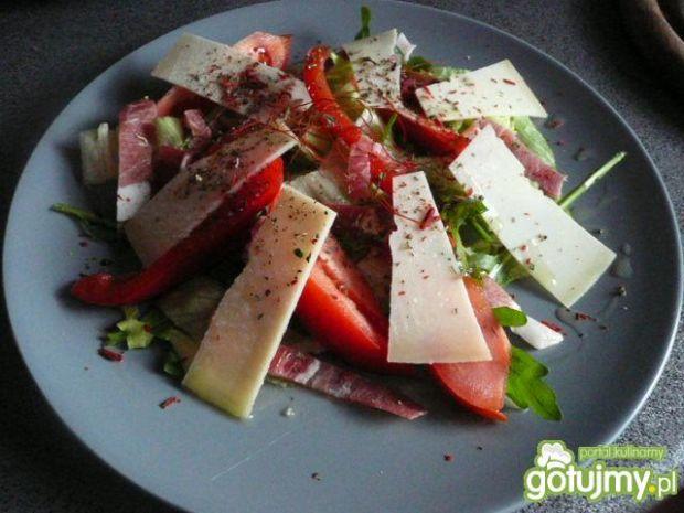Sałatka z szynką parmeńską i serem