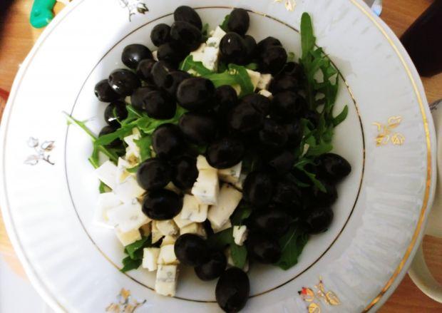 Sałatka z szynką parmeńską i serem lazur