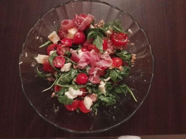 Sałatka z szynką parmeńską, mozzarellą i orzechami