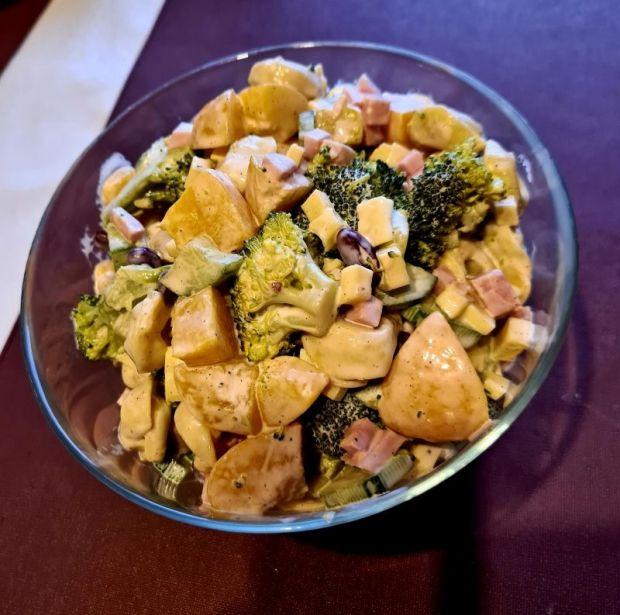 Sałatka z tortellini, brokułem i brzoskwiniami