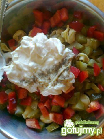 Sałatka z tortellini i czerwoną papryką