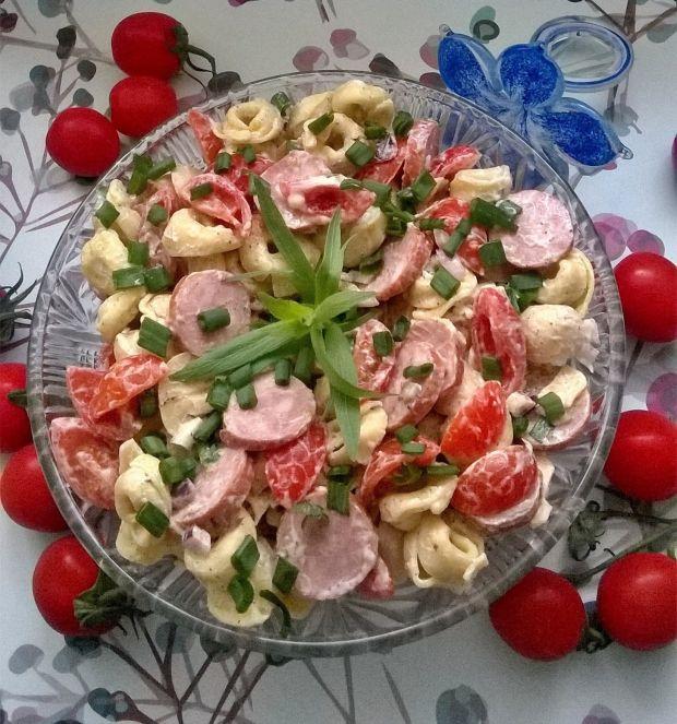 Sałatka z tortellini, pieczarek, warzyw i kiełbasy
