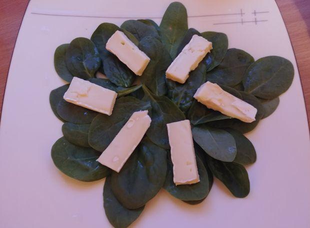 Sałatka z truskawkami, szpinakiem i serem brie