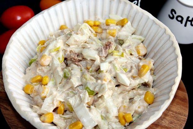 Sałatka z tuńczyka, jajek i kapusty pekińskiej
