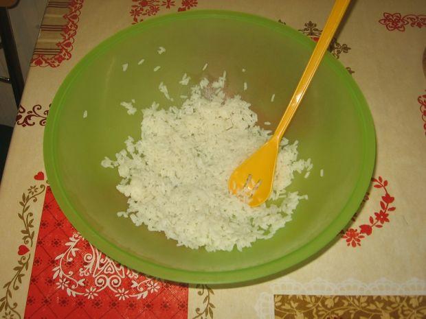 Sałatka z tuńczykiem, groszkiem i ryżem