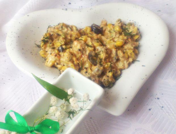 Sałatka z tuńczykiem i czarnymi oliwkami