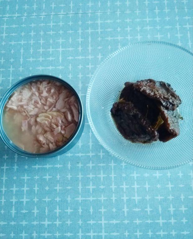 Sałatka z tuńczykiem i kaszą orkiszową.