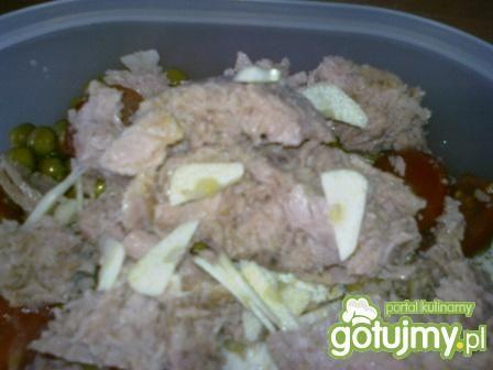 Sałatka z tuńczykiem i mozzarellą.