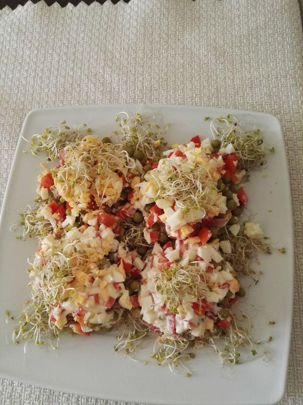 Sałatka z tuńczykiem i sosem czosnkowym