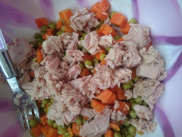 Sałatka z tuńczykiem,jajkami,marchewką i groszkiem