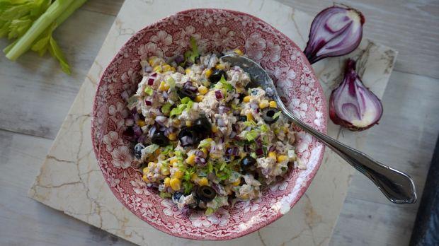 Sałatka z tuńczykiem, oliwkami i selerem