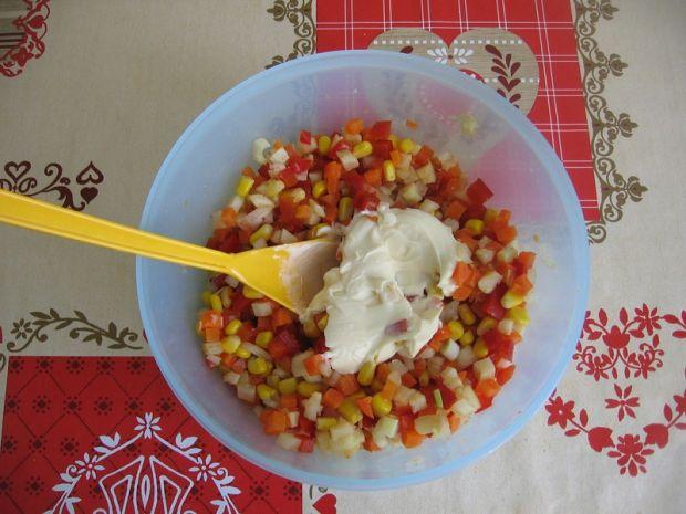 Sałatka z warzyw z rosołu i papryki konserwowej