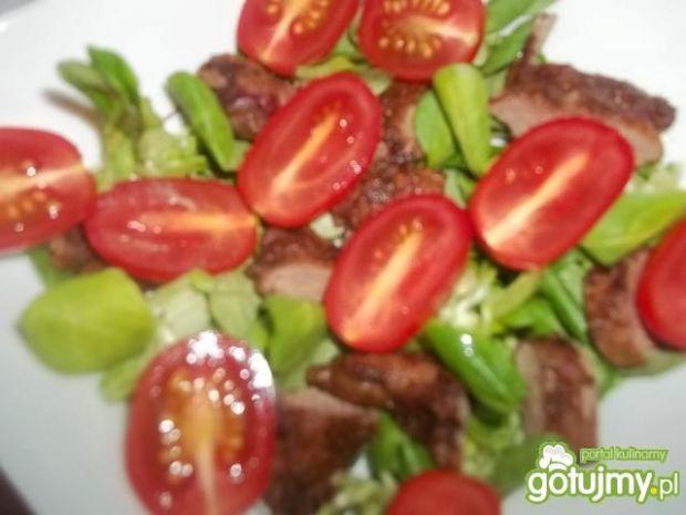 Sałatka z wątróbką i truskawkami