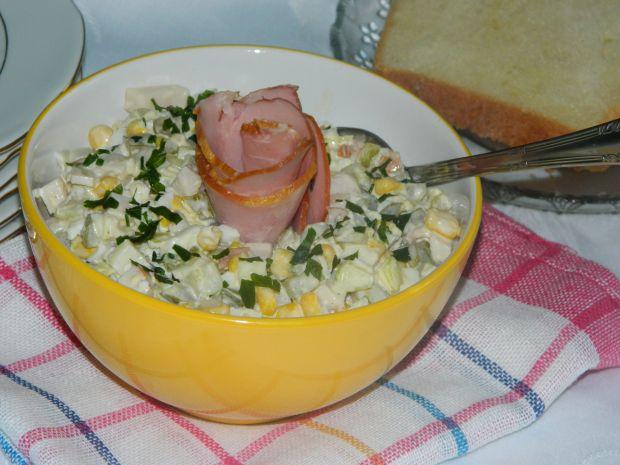 Sałatka z wędliną, ogórkiem i jajkiem