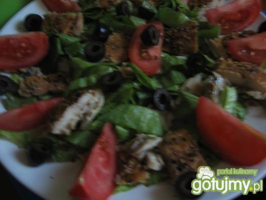 sałatka z wędzoną makrelą, pomidorem