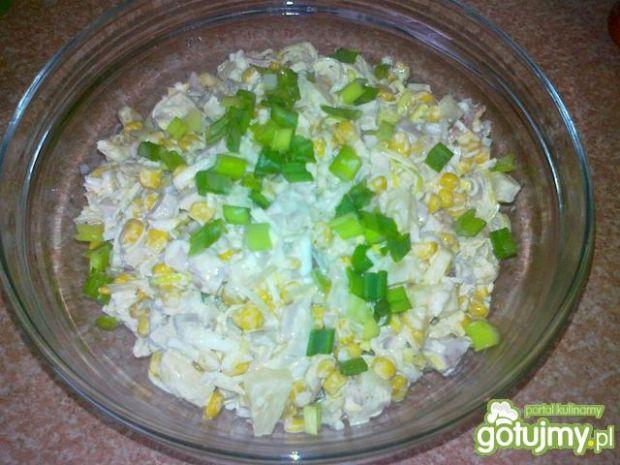 Sałatka z wędzonym kurczakiem i selerem