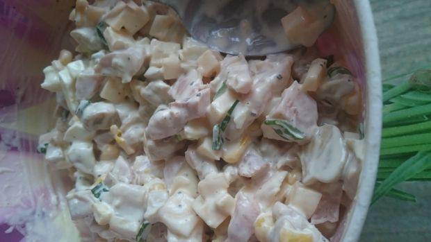Sałatka z wędzonym kurczakiem, pieczarkami i serem