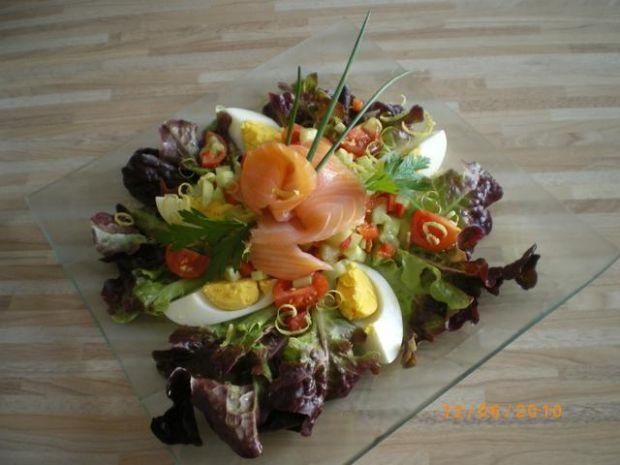 salatka z wedzonym lososiem