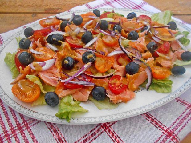 Sałatka z wędzonym łososiem i borówkami