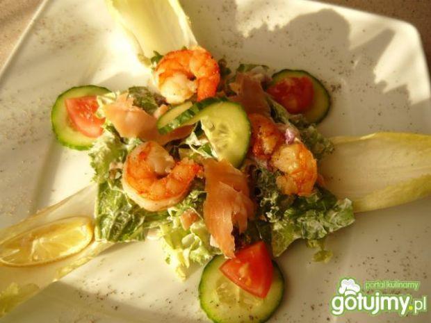 Sałatka z wędzonym łososiem i krewetkami