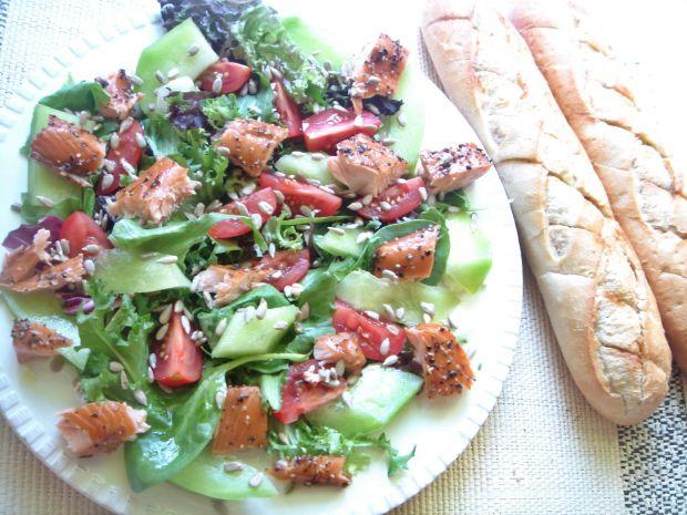 Sałatka z wędzonym łososiem i melonem
