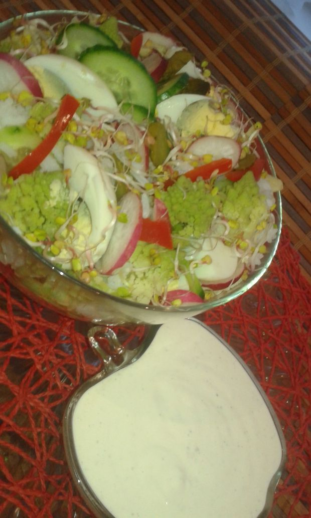Sałatka z zielonego kalafiora z rzodkiewką