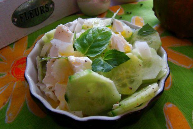 Sałatka z zielonego ogórka i sera feta