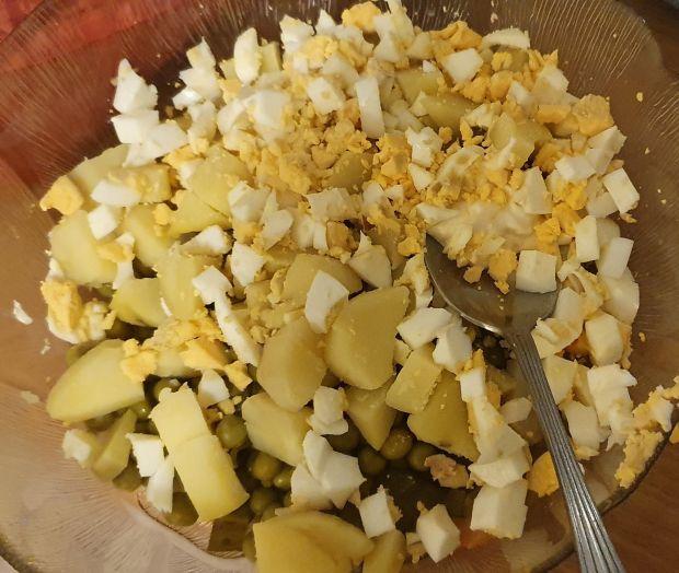 Sałatka  z ziemniakami  i wędzonym  łososiem